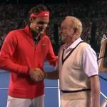 Rod Laver échauffe Roger Federer