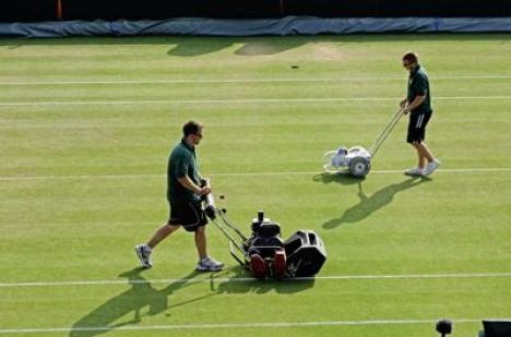 Les jardiniers de Wimbledon en action. ©SoTennis
