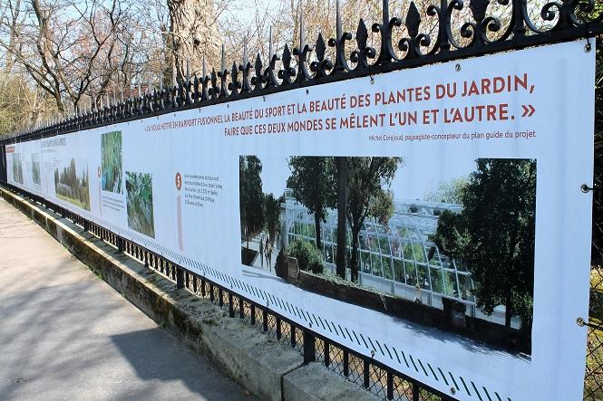 Le court dans le jardin des Serres d'Auteuil / ©SoTennis